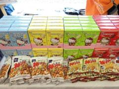 中国国内で製造された亀田製菓の「柿の種」と、ブルボンのクッキー