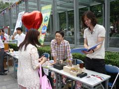 県産品を来場者に紹介する中川さん(右、県職員。現在CLAIR北京に勤務)と畑副所長