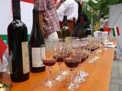 ワインの消費量が増えている中国。来場者もイタリア、チリ産などの試飲に手が伸びます。