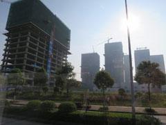 貴陽市郊外のビル建設ラッシュの様子