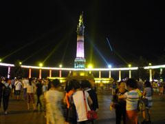 中央大街を北に向かい、松花江河畔へ。 防洪勝利記念塔がライトアップされています