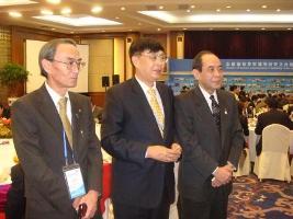 対外友好協会陳会長(中央)と県武藤教育長(右)、市佐藤教育長(左)