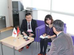 市長インタビュー 左:徐首席情報官、中央:賈記者、右:篠田市長