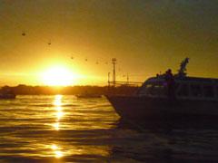 終日降り続いた雨も止み, 美しい夕日が松花江を照らした