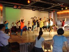 「ライラック芸術団」と一緒に踊る