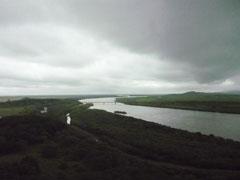 河は図們江。鉄橋はロシアと北朝鮮(右岸) を結ぶ鉄道僑。その左に白く見えるのが 中国の建物。(延辺州 琿春市防川 4日)