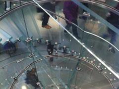 中央のガラスの螺旋階段