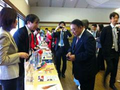 新潟市ブースを訪れた木寺大使と大使夫人