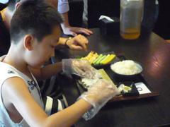 上手に寿司を握っています