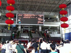 市場入口ホールの電光掲示板では商品ごとに 取引価格の前週比較増減値が提示されている