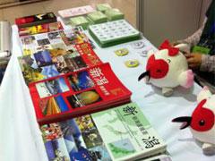 新潟の物産,観光パンフレット 青島市民が手に取り熱心に見入っていました