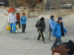 <スキーを終え,駐車場などに向かう 家族連れなど。身軽な格好で家路に>