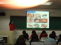 中央民族大学にて。 画像を使って新潟のグルメ紹介。