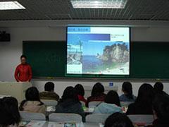中央民族大学にて。 佐渡の美しい海を紹介。