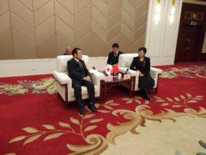 談笑する永井議長と陳副市長